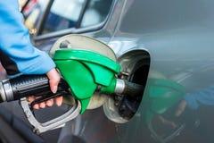 在加油站的Punping气体 免版税库存图片