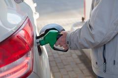 在加油站,特写镜头视图的白种人男性手换装燃料车 免版税库存照片