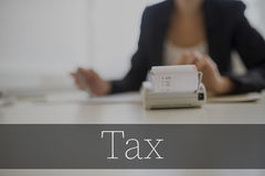 在加法器的税文本有女实业家的 免版税库存照片