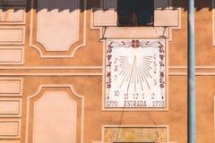在加泰罗尼亚语- 1790罗阿被写的老墙壁上的日规 免版税库存照片