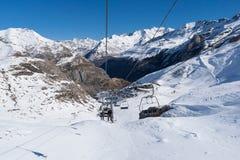 在加瓦尔涅Gedre滑雪胜地上雪倾斜的滑雪电缆车  图库摄影