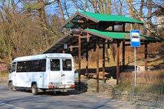 在加里宁格勒州大道的公共汽车中止在市Svetlogorsk 免版税库存图片