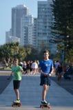 在动力化的滑板赶走的年轻人 库存图片