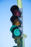 在动臂信号机的绿灯 库存照片