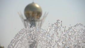 在努尔苏丹,哈萨克斯坦的首都的喷泉 股票录像