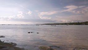 在努沙海岛之间的浅河 股票视频