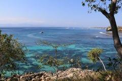 在努沙Lembongan海滩,巴厘岛,印度尼西亚的蘑菇海湾 免版税库存图片