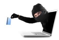 在劫掠和窃取信用卡网络罪行概念的计算机外面的网络罪犯 免版税库存照片