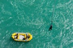 在劫掠他们的cust的橡皮艇用途长的棍子的AJ Bungy的乘员组 库存图片