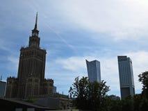 在劳动人民文化宫的看法和科学在有街市商业中心周围的摩天大楼的华沙,波兰 库存照片