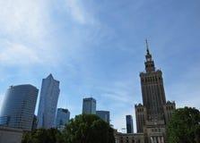 在劳动人民文化宫的看法和科学在有街市商业中心周围的摩天大楼的华沙,波兰 免版税库存照片