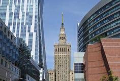 在劳动人民文化宫的看法和科学在有街市商业中心周围的摩天大楼的华沙,波兰 库存图片