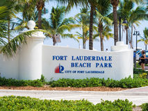 在劳德代尔堡海滩公园的标志在佛罗里达 库存照片