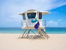 在劳德代尔堡海滩的救护设备小屋在佛罗里达在一个夏天d 库存照片