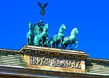 在勃兰登堡门的雕塑四马二轮战车 图库摄影