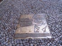 在勃兰登堡门附近的匾是柏林` s多数著名地标 柏林和德国分裂的标志在冷战期间 库存图片