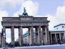 在勃兰登堡门附近的匾是柏林` s多数著名地标 柏林和德国分裂的标志在冷战期间 免版税图库摄影