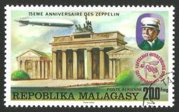 在勃兰登堡门,柏林的策帕林飞艇 图库摄影