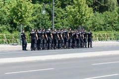 在勃兰登堡门附近的警察封销线 库存图片