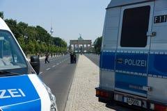 在勃兰登堡门附近的警察封销线 免版税图库摄影