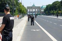 在勃兰登堡门附近的警察封销线 库存照片