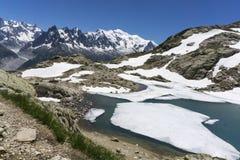 在勃朗峰断层块背景的湖紫胶Blanc  法国的阿尔卑斯 免版税库存照片