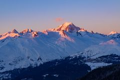 在勃朗峰的日落光在萨瓦省,法国,在欧洲西部的高山 免版税库存照片