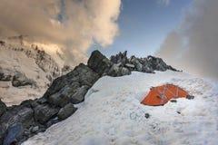 在勃朗峰bountain的橙色帐篷 免版税库存照片