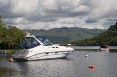 在勒斯停泊的汽艇洛蒙德湖 免版税库存照片