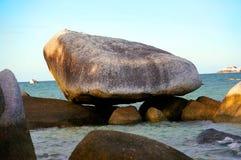 在勿里洞岛海岛,印度尼西亚的一种花岗岩石头风景形成 免版税库存照片