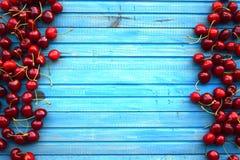 在包伙食的新鲜的甜樱桃 庭院新鲜的有机樱桃 免版税图库摄影