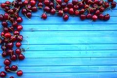 在包伙食的新鲜的甜樱桃 庭院新鲜的有机樱桃 库存图片