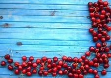 在包伙食的新鲜的甜樱桃 庭院新鲜的有机樱桃 免版税库存图片