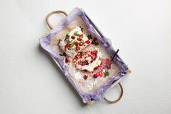 在包括在白色背景的一个木盘子的早餐可口蛋白甜饼蛋糕 库存照片