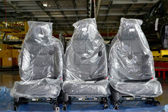 在包装的汽车椅子在automobil装配车间站立  库存照片