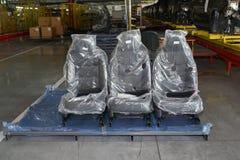 在包装的汽车椅子在automobil装配车间站立  免版税库存图片