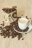 在包装盒和一杯咖啡的咖啡豆 免版税图库摄影