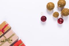 在包装纸的几个礼物盒与丝带和圣诞节b 免版税库存照片