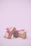 在包装纸的圣诞节礼物与减速火箭红色丝带的葡萄酒 免版税库存图片