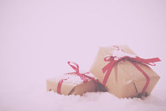 在包装纸的圣诞节礼物与减速火箭红色丝带的葡萄酒 免版税库存照片