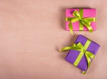 在包装纸背景的明亮的礼物盒 库存照片