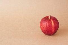 在包装纸背景的红色苹果 免版税库存照片