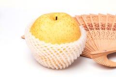在包装防护网的苹果计算机梨 免版税库存图片