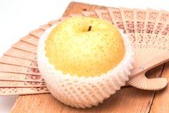 在包装防护网的苹果计算机梨 免版税库存照片