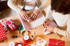 在包裹圣诞节礼物的毛线衣的无法认出的资深夫妇 库存照片