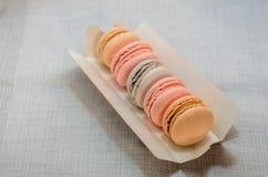 在包裹的开胃蛋糕蛋白杏仁饼干 免版税库存照片