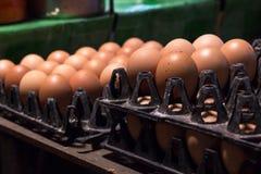 在包裹的新鲜的蛋食品成分在桌上 图库摄影