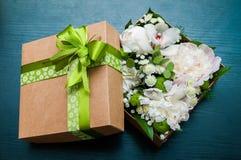 在包裹的花束 免版税库存照片