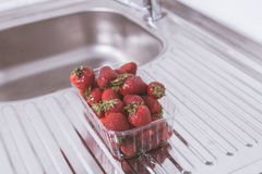 在包裹的草莓在桌上 免版税库存照片