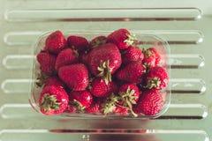 在包裹的草莓在桌上 库存照片